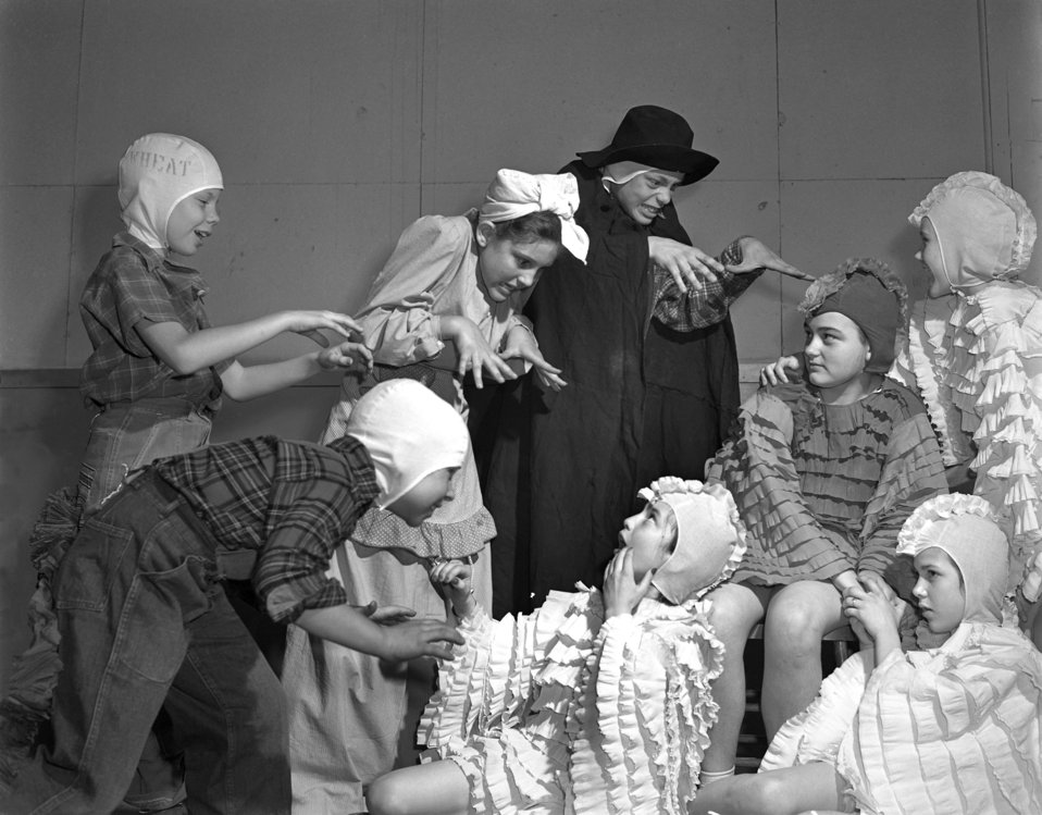 Play 'Little Red Hen' Oak Ridge 1947