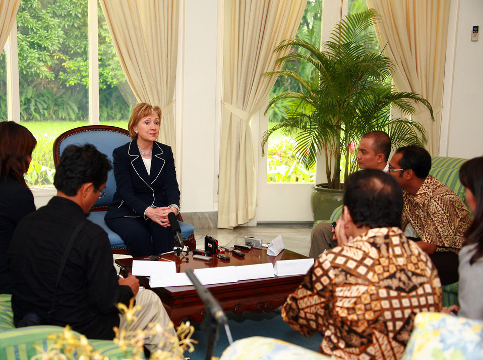 Secretary Clinton Leads Jakarta Media Roundtable