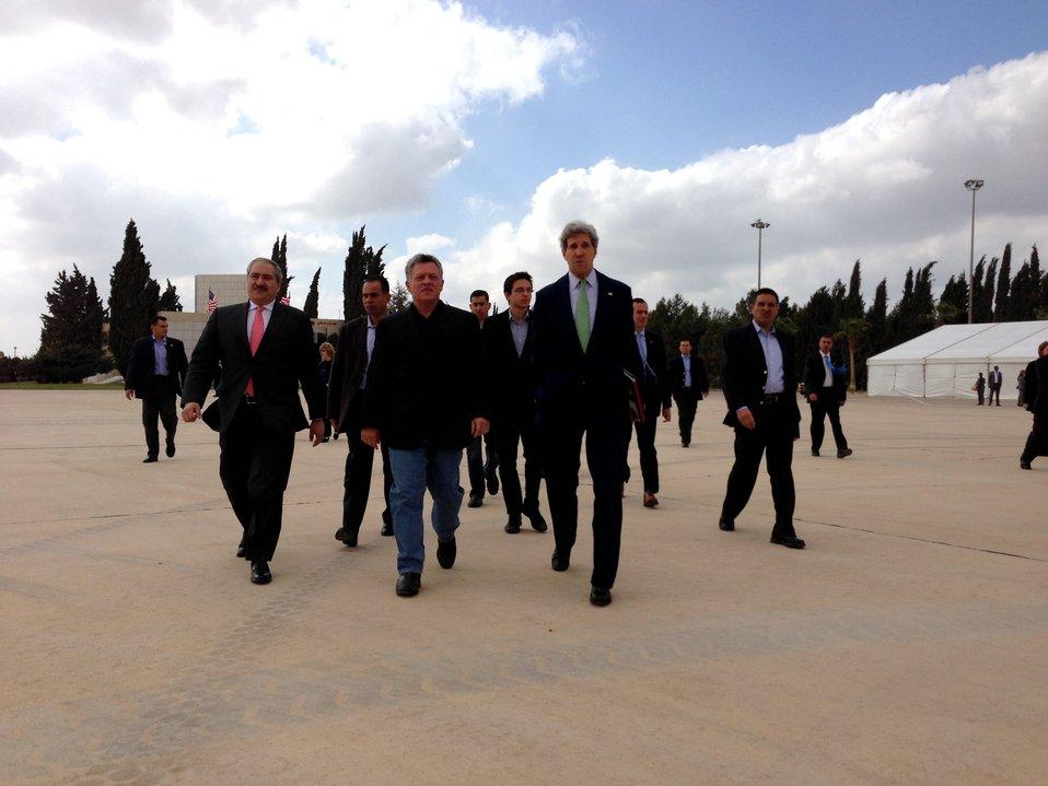 Secretary Kerry and King Abdullah Walk to Marine One