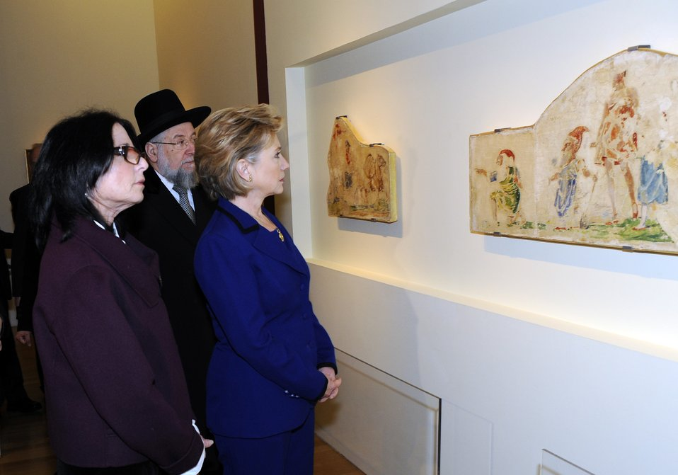 Secretary Clinton Visits Holocaust Art Museum