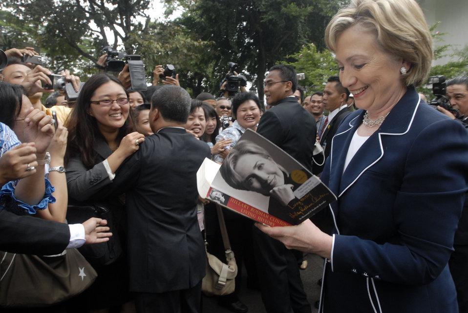 Secretary Clinton at Indonesian Presidential Palace