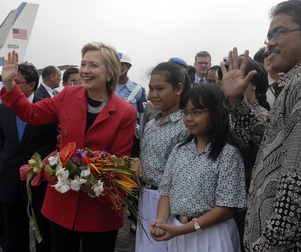 Secretary Clinton in Jarkarta With Children's Choir