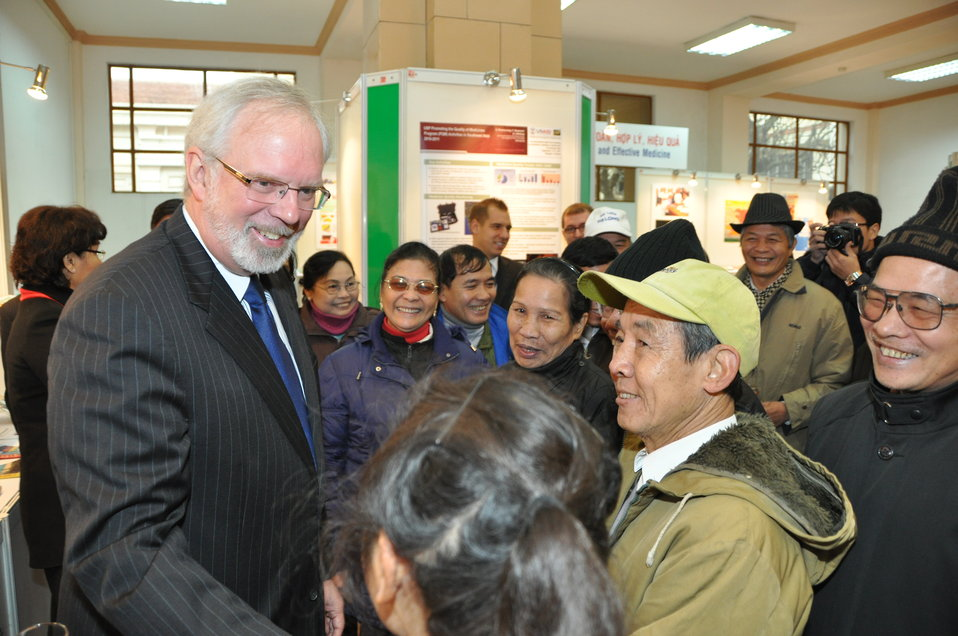 U.S. Ambassador David Shear opens safe medicine exhibition in Hanoi