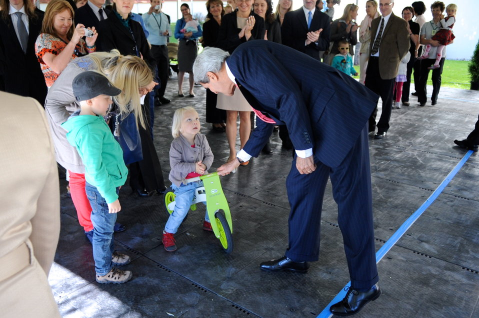 Secretary Kerry Greets Child of Embassy Vilnius Staffer