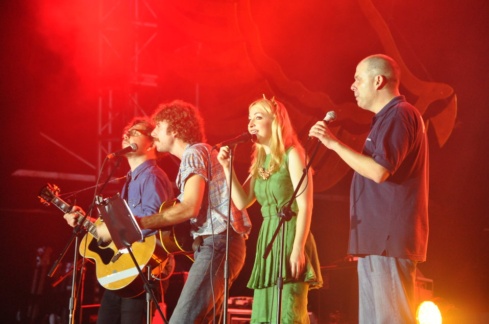 Kate Miller-Heidke and AusAID's Michael Wilson perform at the MTVEXIT concert in Hanoi