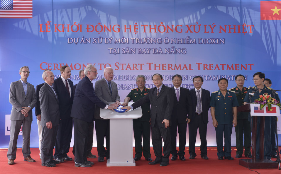 Senator Leahy, Senior Lieutenant General Nguyen Chi Vinh, Vietnam's Vice Minister of National Defense, U.S. Ambassador David Shear and Vice Chairman of Vietnam's National Assembly's Foreign Relations Committee Ha Thuy Thong switched on the thermal t