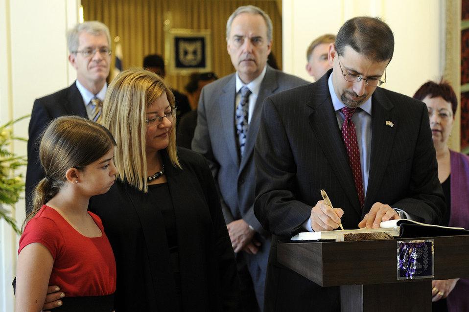 Ambassador Shapiro Signs Israeli President Peres' Guest Book