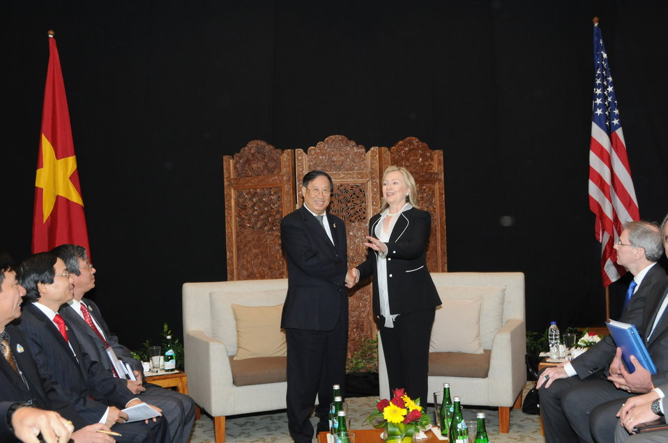 Secretary Clinton Shakes Hands With Vietnamese Foreign Minister Phạm Gia Khiêm