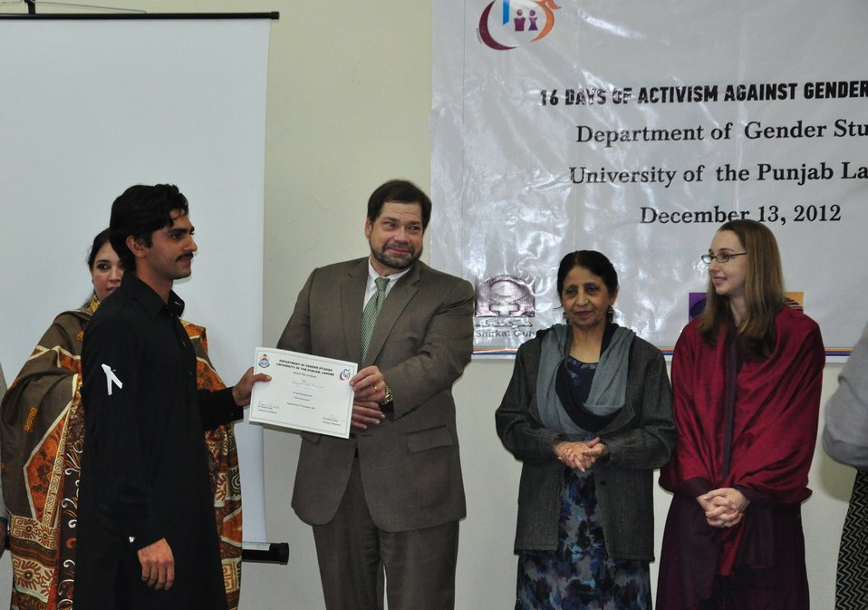 Mission Director for Punjab Jeffrey Bakken distribtuing certificates to students of Gender Studies Department of Punjab University.