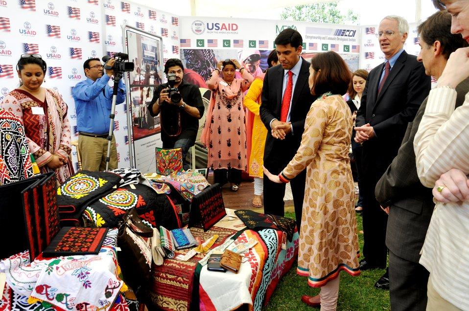 Dr. Rajiv Shah visiting Entrepreneurs project stalls