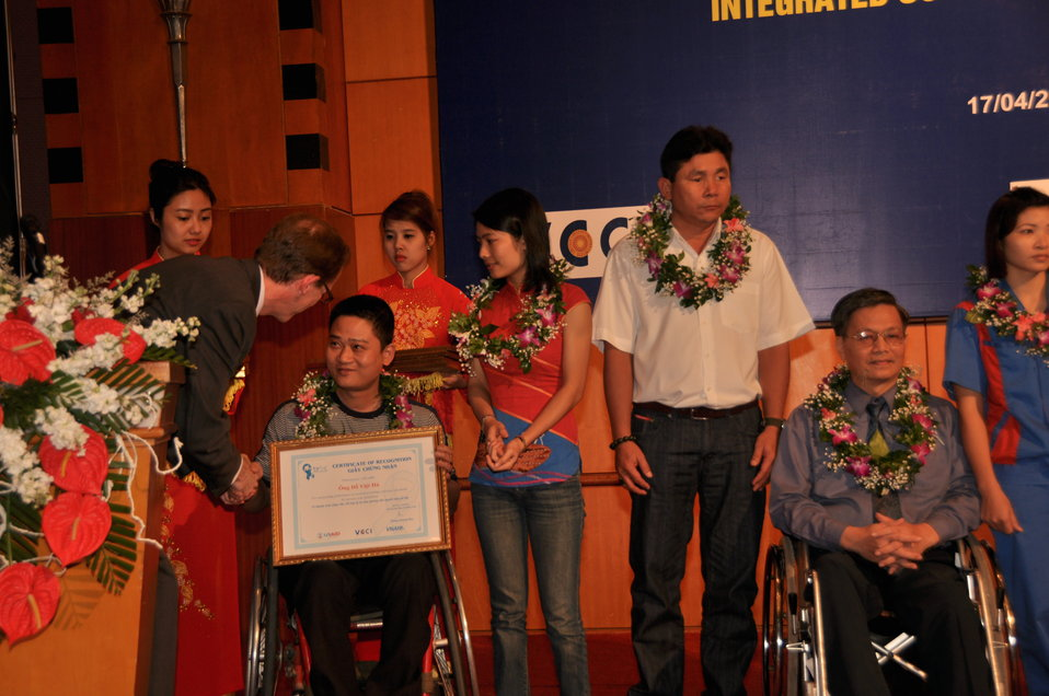 DSCBlue Ribbon Employer Council Awards for Hiring Vietnamese with Disabilities  1109