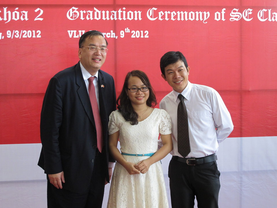 U.S. Counsel General Le Thanh An at the graduation ceremonye certificates in IT at USAID-funded training program