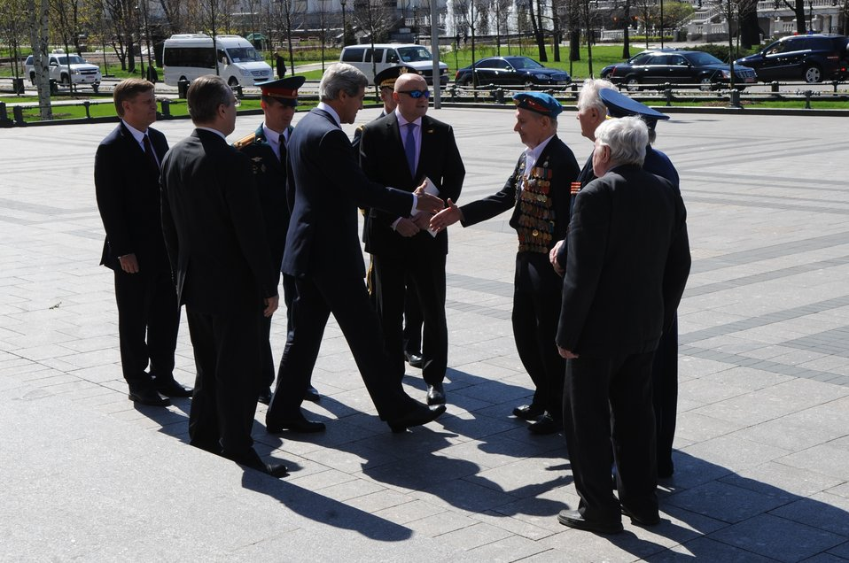 Secretary Kerry Greets Soviet Veterans at Red Square