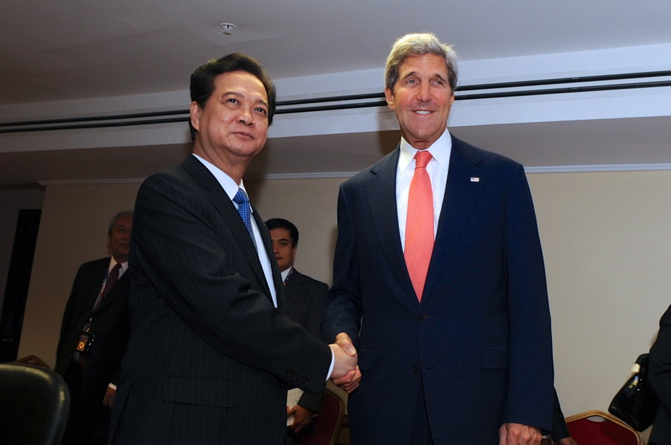 Secretary Kerry, Vietnamese Prime Minister Dung Pose for Photographers