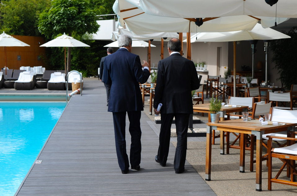 Secretary Kerry, Russian Foreign Minister Lavrov Take Poolside Walk