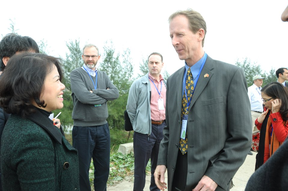 Mrs. Nguyen Thi Xuan Thu, Vice Minister of Agriculture and Rural Development, talks to USAID Mission Director Joakim Parker during the site visit.