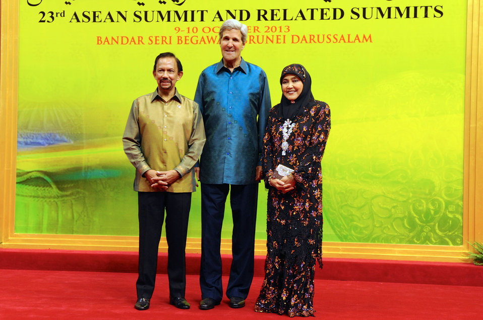 Secretary Kerry Poses for a Photo With Sultan Bolkiah of Brunei and His Wife, Hajah Saleha