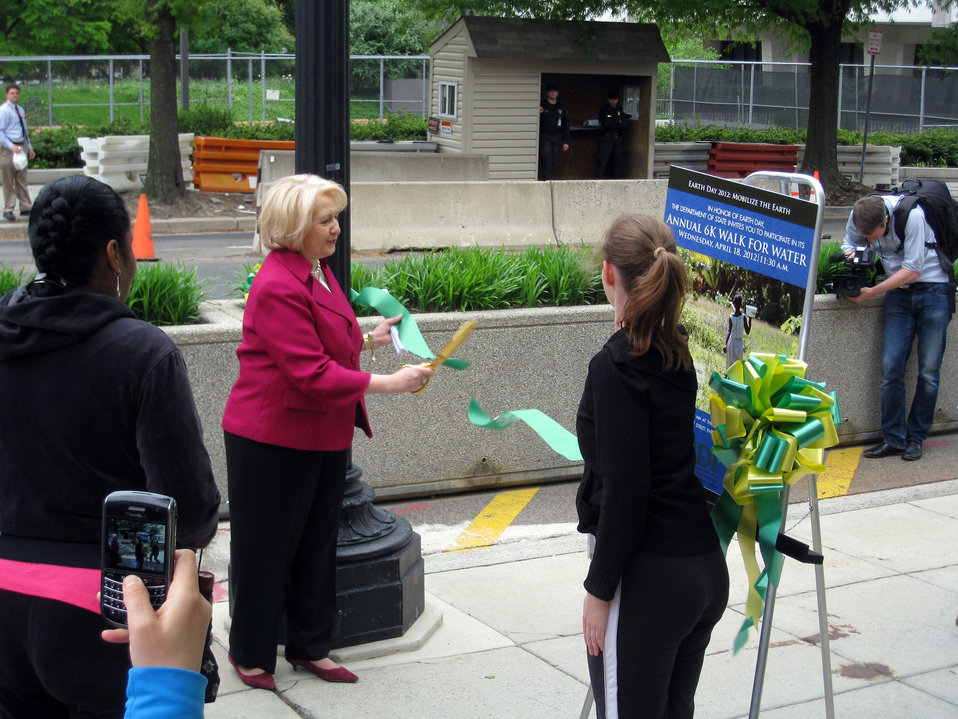 Ambassador Verveer Cuts the Ribbon for the 6k Walk for Water