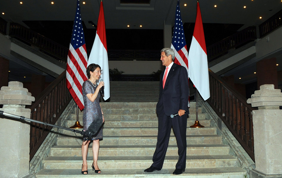 Secretary Kerry and Chargé d'Affaires Bauer Thank Embassy Jakarta Staff