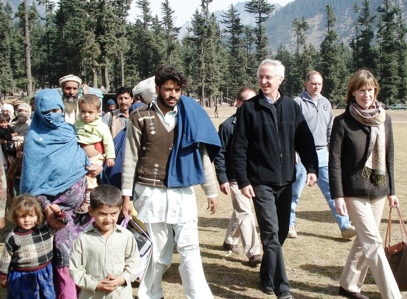 Ambassador Munter and His Wife Marilyn Wyatt Observe Pakistan's Flood-Affected Area