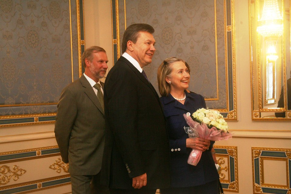 Secretary Clinton Meets With Ukrainian President