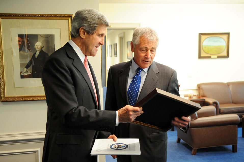 Secretary Kerry Presents Secretary Hagel a Photo of the Two