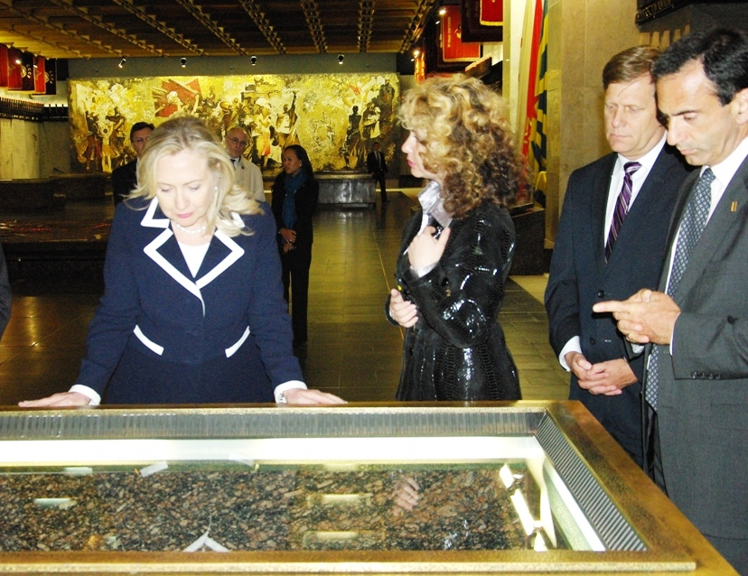 Secretary Clinton Tours the Catherine Palace
