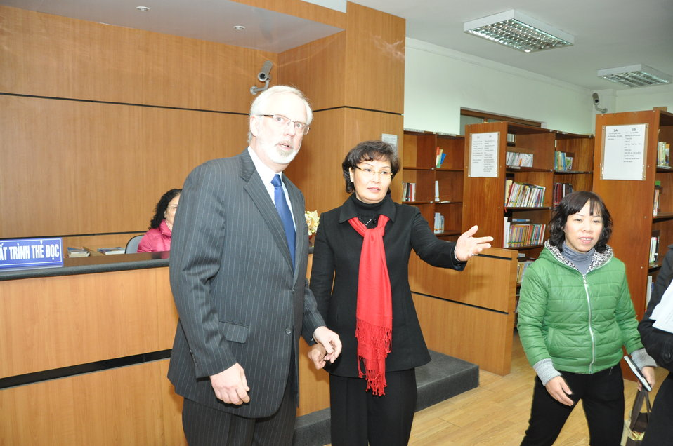 U.S. Ambassador David Shear visits the National Library