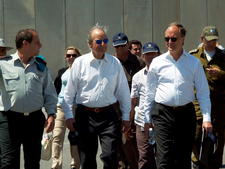 Special Envoy Mitchell and Ambassador Cunningham Visit the Kerem Shalom Crossing