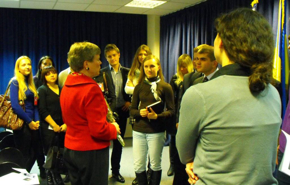 Assistant Secretary Gottemoeller Meets With Students