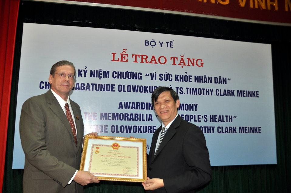 Ministry of Health awards Dr. Timothy Meinke of  USAID the 'Memorabilia for People's Health'