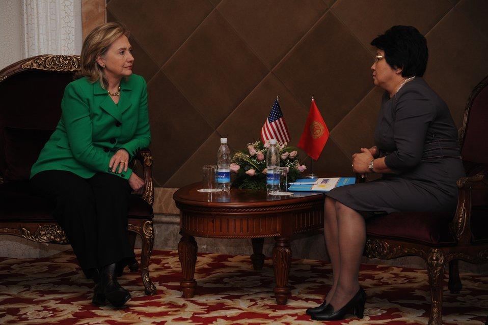 Secretary Clinton Meets With Kyrgyz President Otunbaeva
