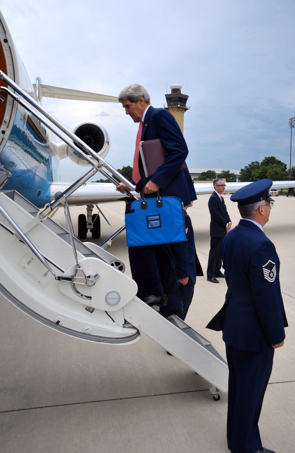 Secretary Kerry Boards the Plane