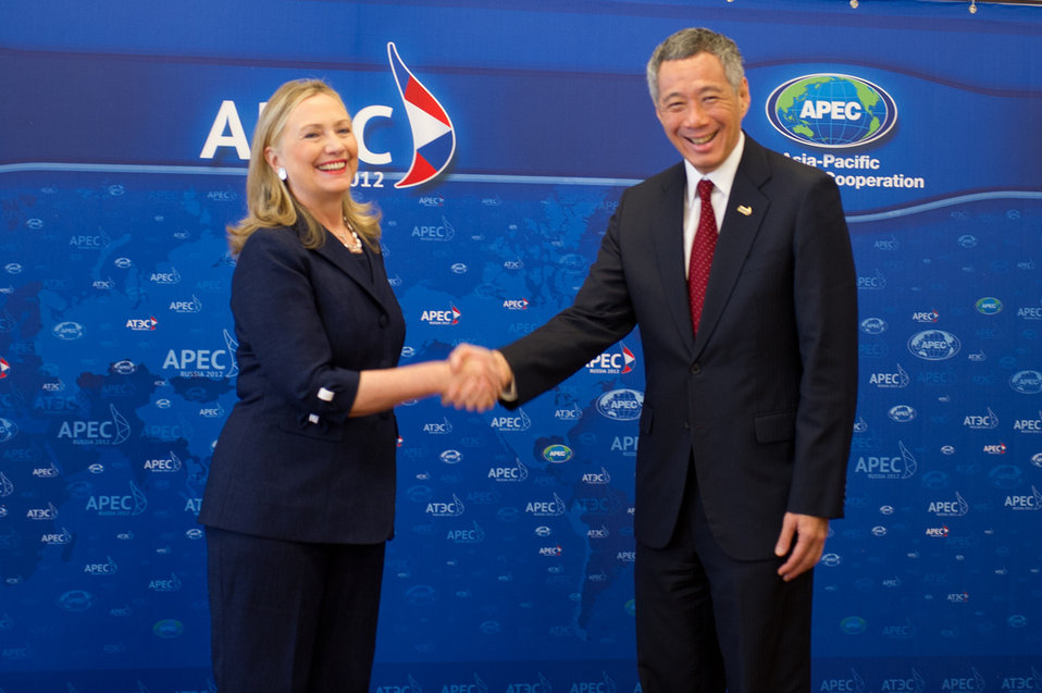 Secretary Clinton Shakes Hands With Singaporean Prime Minister Lee Hsien Loong