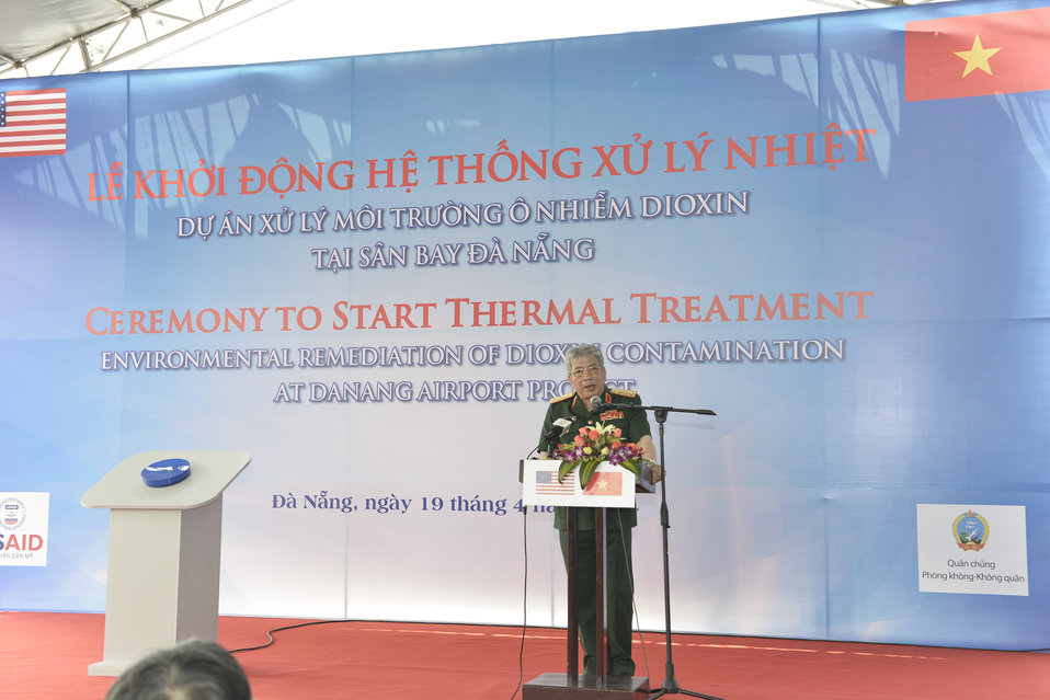 Senior Lieutenant General Nguyen Chi Vinh, Vietnam's Vice Minister of National Defense, speaks at the ceremony to turn on treatment system at Danang Airport