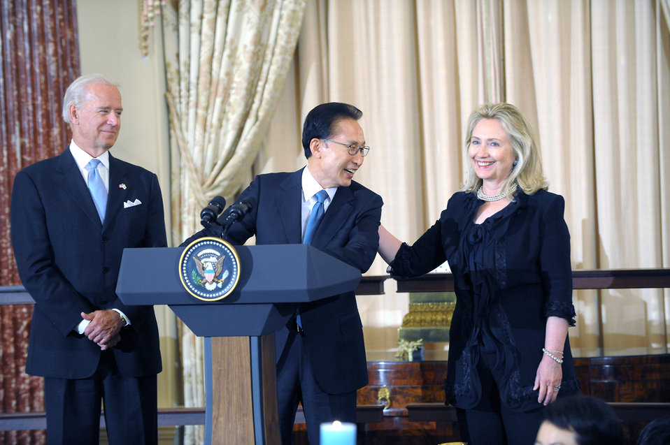 Republic of Korea President Lee, Vice President Biden, and Secretary Clinton Toast the U.S.-Republic of Korea Alliance