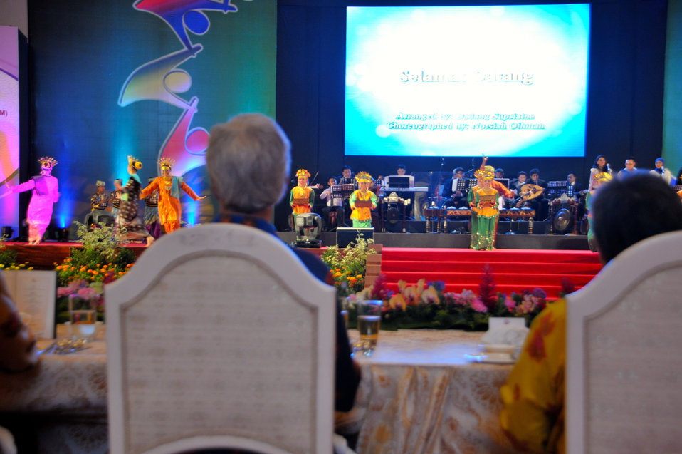 Secretary Kerry Watches the ASEAN Gala Dinner Performance