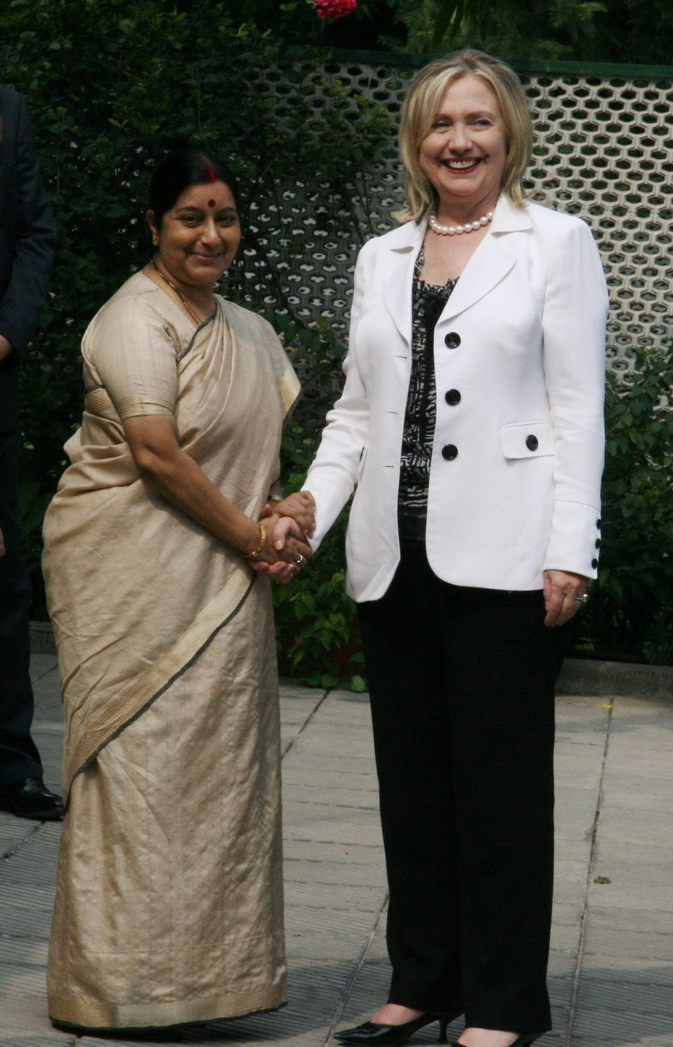 Secretary Clinton Shakes Hands With India's Opposition Leader Swaraj
