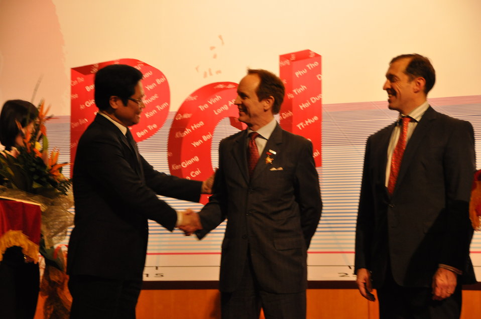 USAID Mission Director Francis Donovan receives award from VCCI Chairman Vu Tien Loc at the Provincial Competitiveness Index 2011 Launch