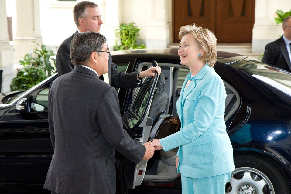 Secretary Clinton Visits Phyathai Palace