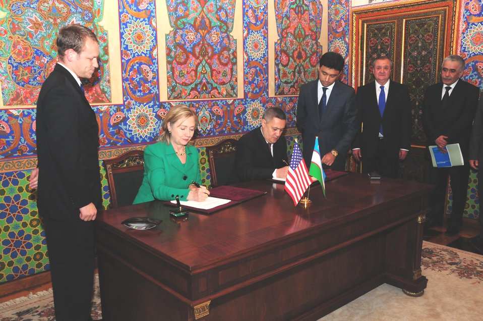 Secretary Clinton and Uzbek First Deputy Prime Minister Azimov Sign the SandT Cooperation Agreement