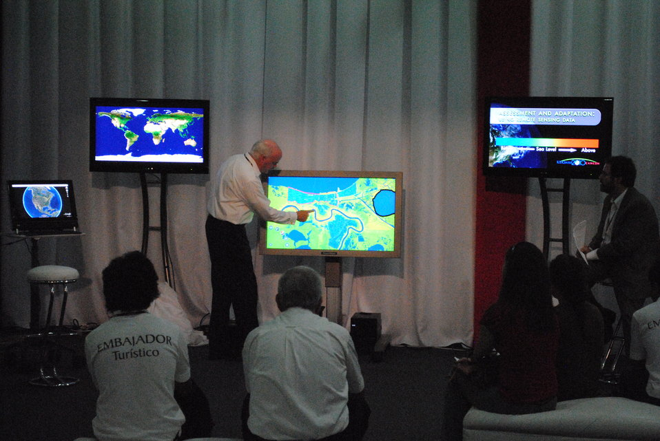 Dave Jones Presents Images of the United States From the Touch Table