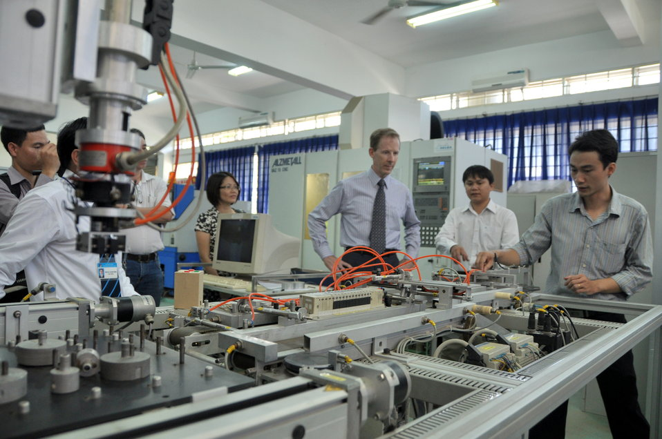 USAID Mission Director visits Danang University of Technology