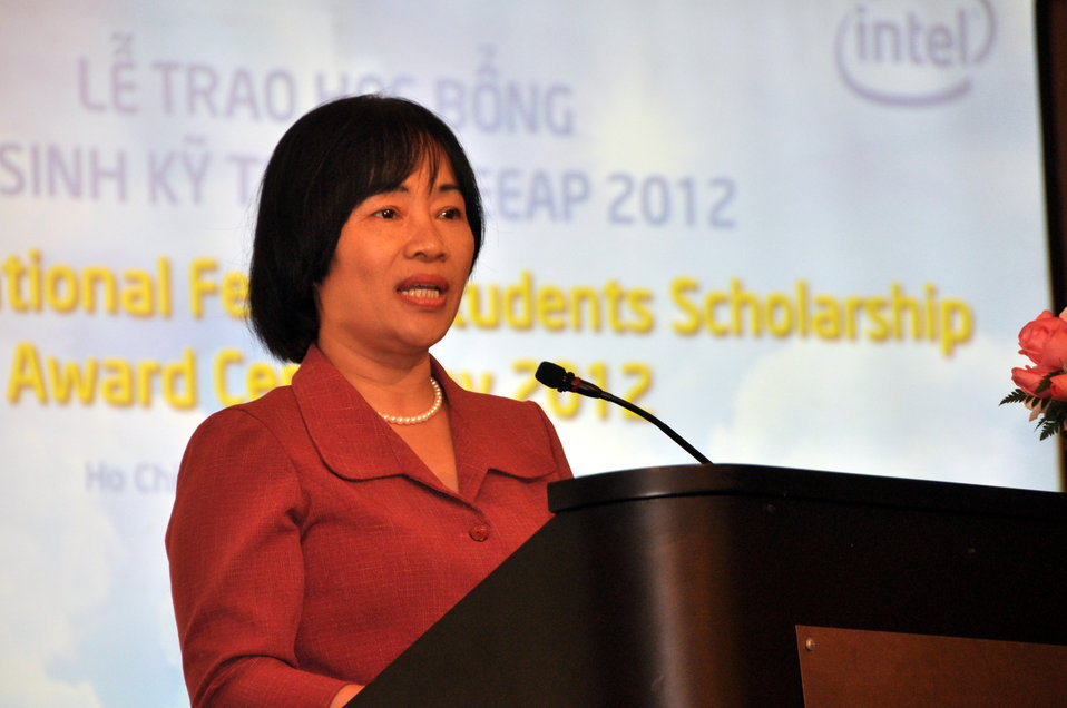 Ms. Nguyen Thi Hang, Rector of Ho Chi Minh Vocational College ofof Technology, speaks at the Female Vocational Student Scholarship Ceremony
