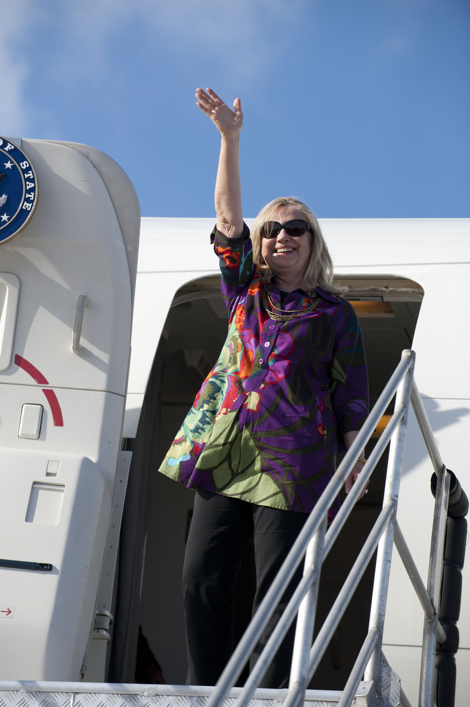 Secretary Clinton Waves While Departing the Cook Islands