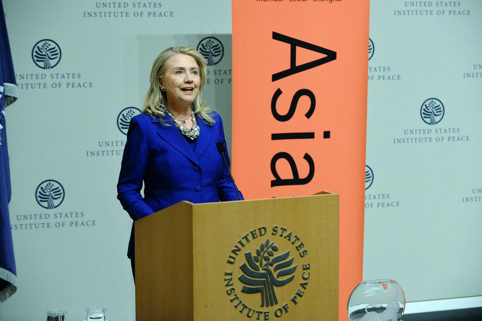 Secretary Clinton Honors Daw Aung San Suu Kyi