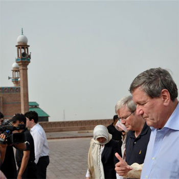 Australian Foreign Minister Rudd and Special Representative Holbrooke Visit the Shah Rukn-e-Alam Shrine