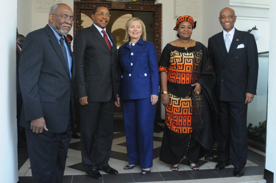Assistant Secretary Carson, Tanzanian President Kikwete, Secretary Clinton, and Ambassador Lenhardt Pose for a Photo