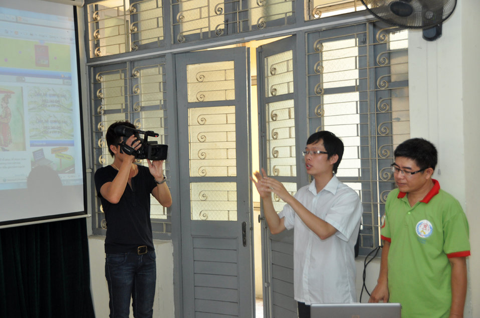 Hearing Impaired Graduates in Hanoi showcase the websites they developed