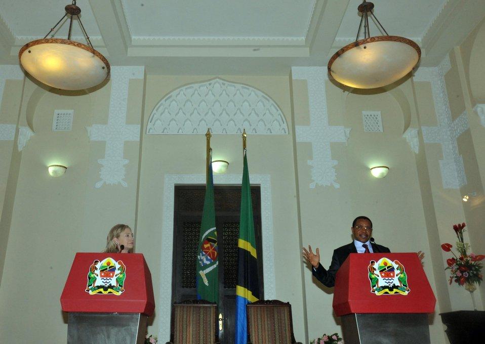 Secretary Clinton Meets With Tanzanian President Kikwete